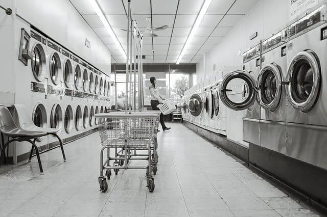Di jaman modern sekarang ini, banyak orang memiliki aktivitas yang padat. Tak hanya kaum lelaki saja, tapi banyak wanita karir yang memiliki jam kerja tinggi. Kegiatan yang padat membuat tak banyak waktu yang dimiliki untuk mengerjakan pekerjaan rumah seperti mencuci pakaian. Hal ini menjadi peluang bagus bagi Anda untuk membuka usaha laundry. Banyak wanita yang memilih membawa pakaian kotor ke jasa laundry karena alasan ingin menghemat waktu dan tenaga. Anda bisa memanfaatkan kesempatan bagus ini untuk membuka jasa laundry. Tak perlu modal yang besar, sebab Anda bisa memulainya dengan modal minim. Yang terpenting Anda harus menjaga kualitas dengan hasil cucian bersih dan wangi. Jika hal tersebut dipertahankan, pasti banyak pelanggan setia yang secara rutin menggunakan jasa laundry Anda. Bagaimana Cara Memulai Usaha Laundry? Peluang usaha laundry sangat menjanjikan. Agar usaha Anda dapat berjalan lancar dan sukses, Anda perlu memperhatikan beberapa hal penting di bawah ini. 1. Mengetahui cara mencuci pakaian yang benar Anda harus membekali diri dengan pemahaman bagaimana cara mencuci pakaian yang tepat berdasarkan jenis kain. Anda juga perlu mempelajari mengeringkan pakaian yang benar agar hasilnya memuaskan. 2. Mengetahui jenis noda pada pakaian Anda harus paham akan jenis noda pada kain sehingga bisa memilih sabun pembersih yang tepat. Alhasil, pakaian bersih tanpa merusak warna kain. 3. Gunakan peralatan yang sesuai Apabila Anda merupakan seorang pemula yang baru saja melangkah memulai usaha jasa laundry, sebaiknya gunakan peralatan dengan efektif dan efisien. Anda bisa menggunakan mesin cuci seadanya. Yang terpenting ialah hasil cucian bersih dan wangi sehingga pelanggan merasa puas. Jika sudah terkumpul modal yang cukup, Anda bisa menambah investasi peralatan yang lebih memadai. 4. Rekrut tenaga kerja dengan tepat Anda harus merekrut tenaga kerja secara efektif. Pastikan Anda tidak kelebihan jumlah tenaga kerja sehingga tidak menghabiskan biaya operasional untu